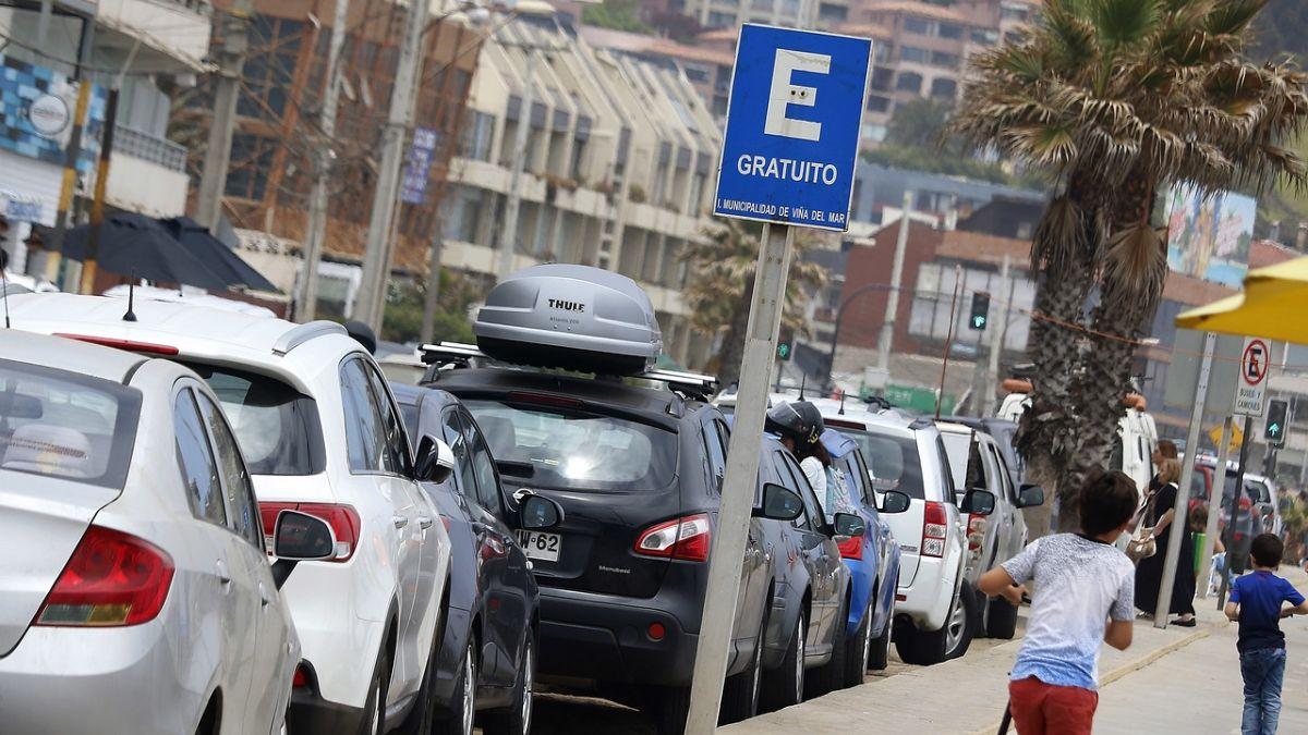 Alcaldesa de Viña del Mar llama a denunciar cobros en estacionamientos del borde costero