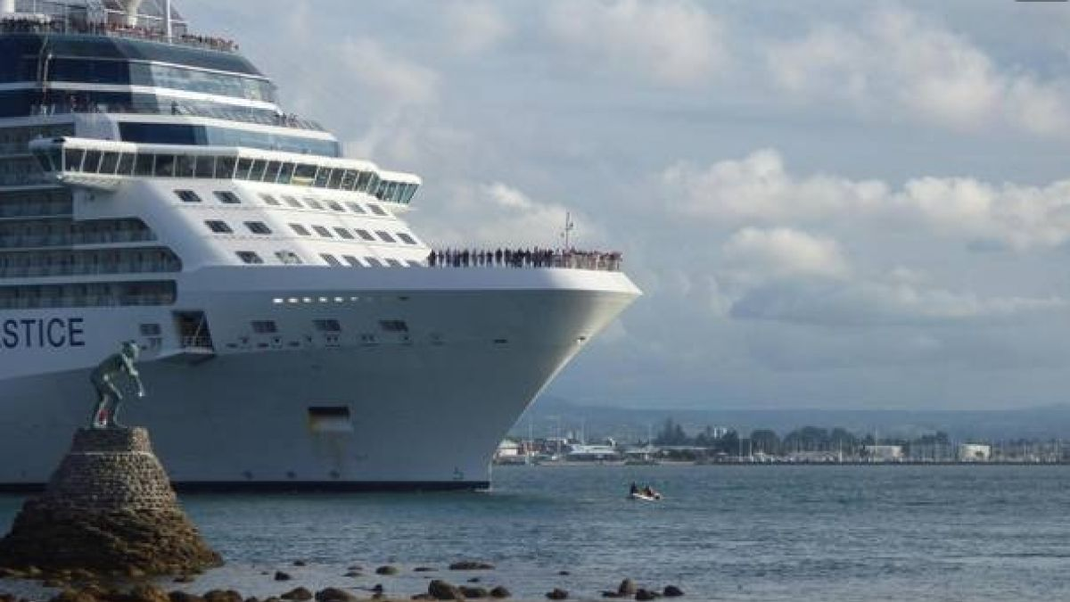 [VIDEO] Crucero esquiva por poco un bote inflable a la deriva