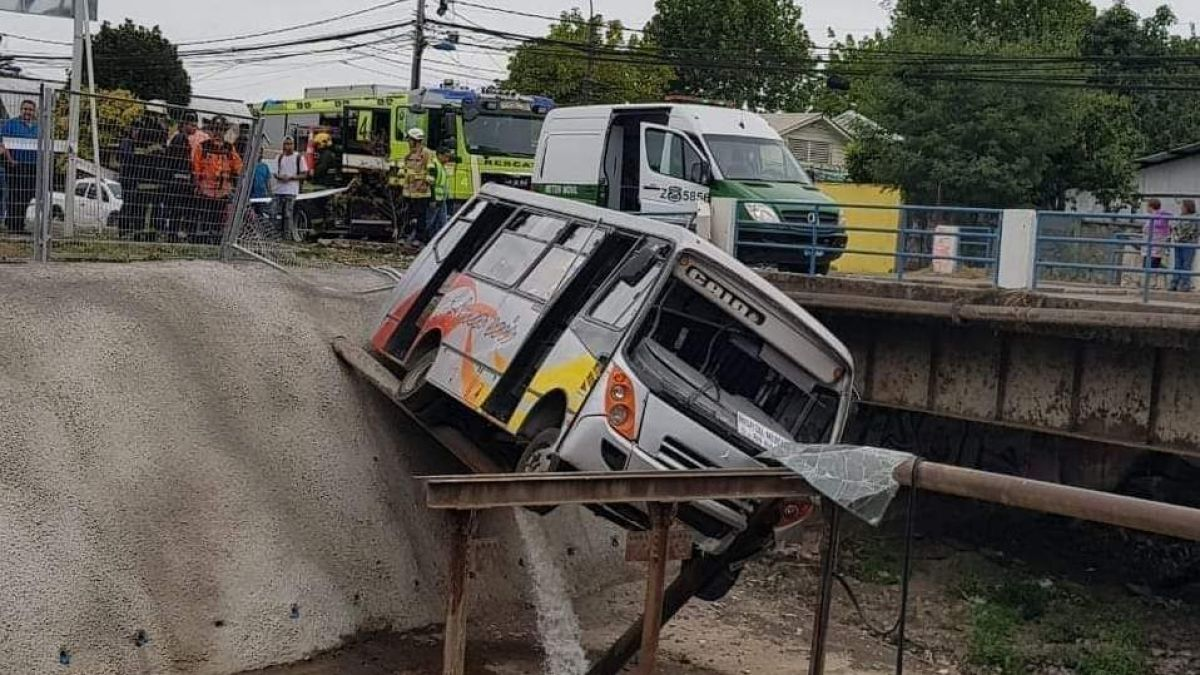 Microbus casi cae a canal en Chillán