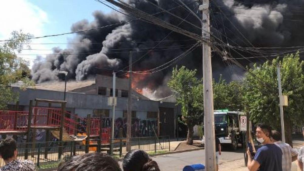 [VIDEO] Controlan incendio que afectaba a fábrica de productos químicos en Independencia