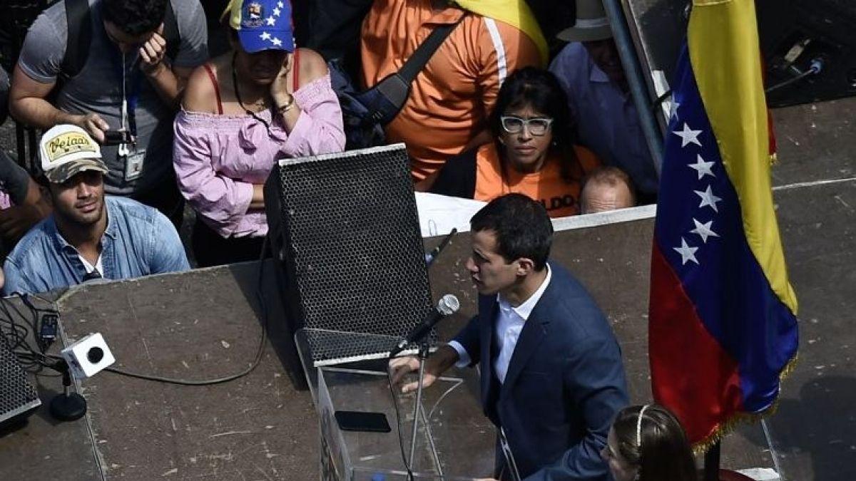 Juan Guaidó llama a los militares a ponerse del lado de la reconstrucción