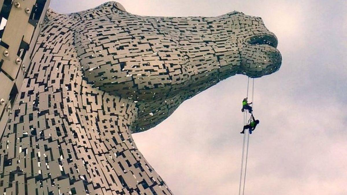 El indispensable trabajo que solo se puede hacer colgado de una cuerda a vertiginosas alturas