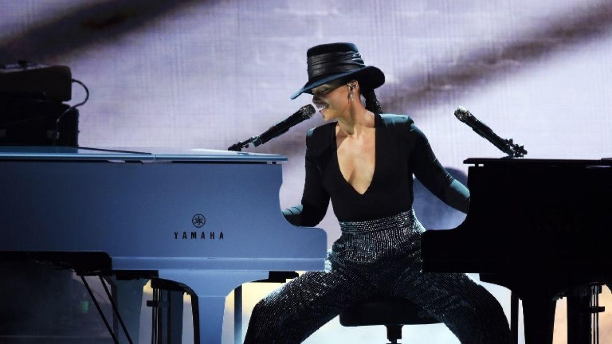 """[FOTOS] Alicia Keys """"pausa"""" su rol de animadora e interpreta algunos de sus éxitos en los Grammy"""