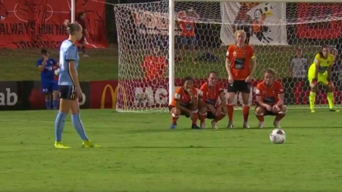 [VIDEO] La curiosa estrategia para evitar un gol de tiro libre en el fútbol femenino