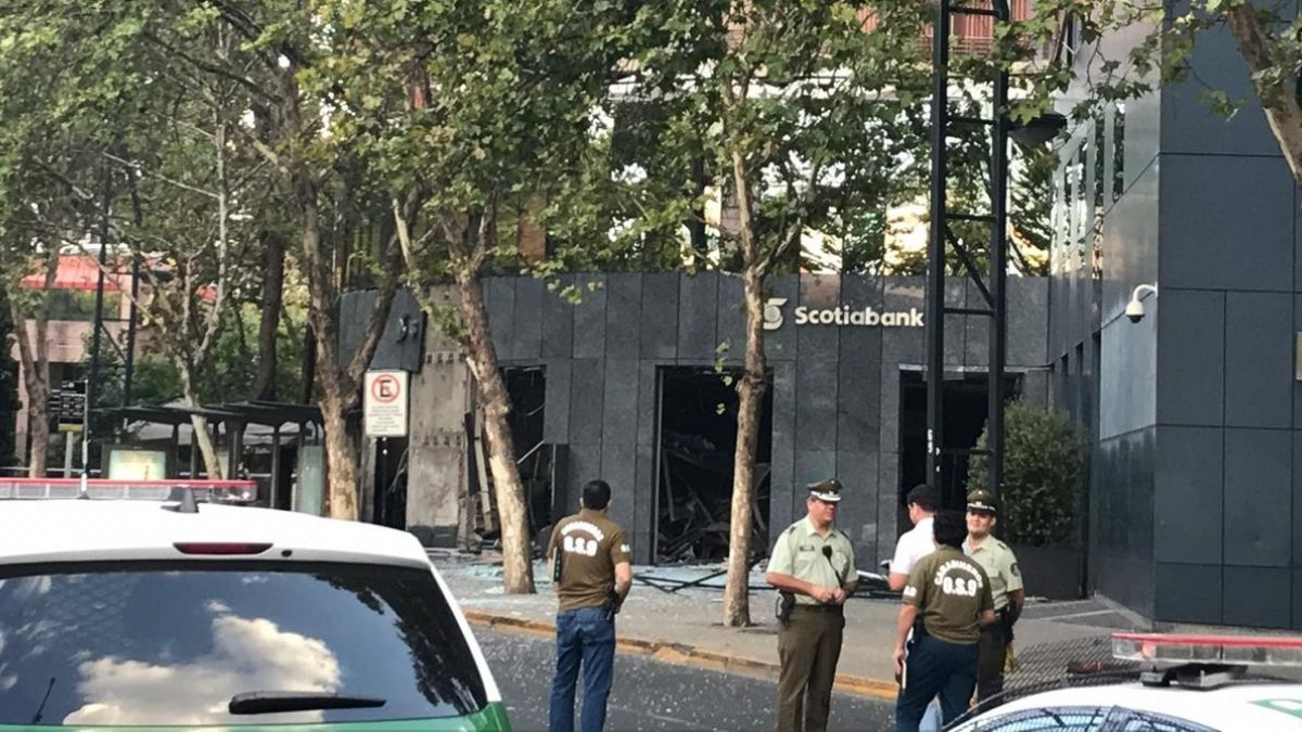 [VIDEO] Graves daños tras explosión en banco de Providencia tras intento de robo