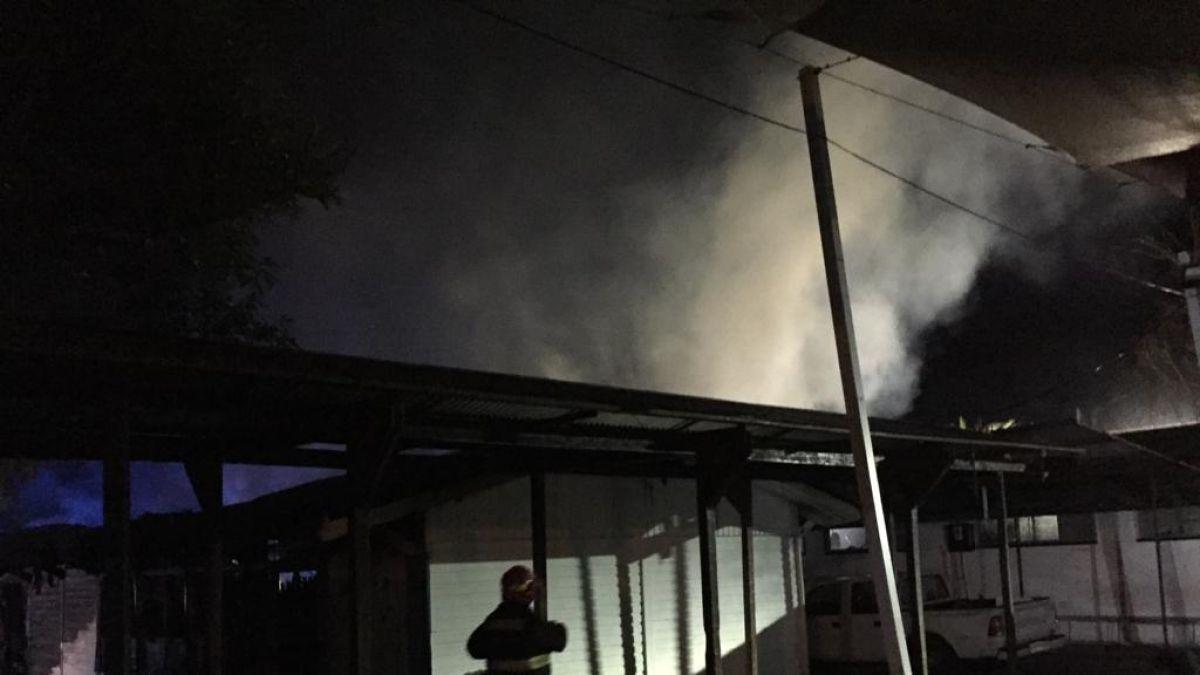 Suspenden clases en Centro Educacional Isla de Maipo tras incendio que afectó a parte del recinto