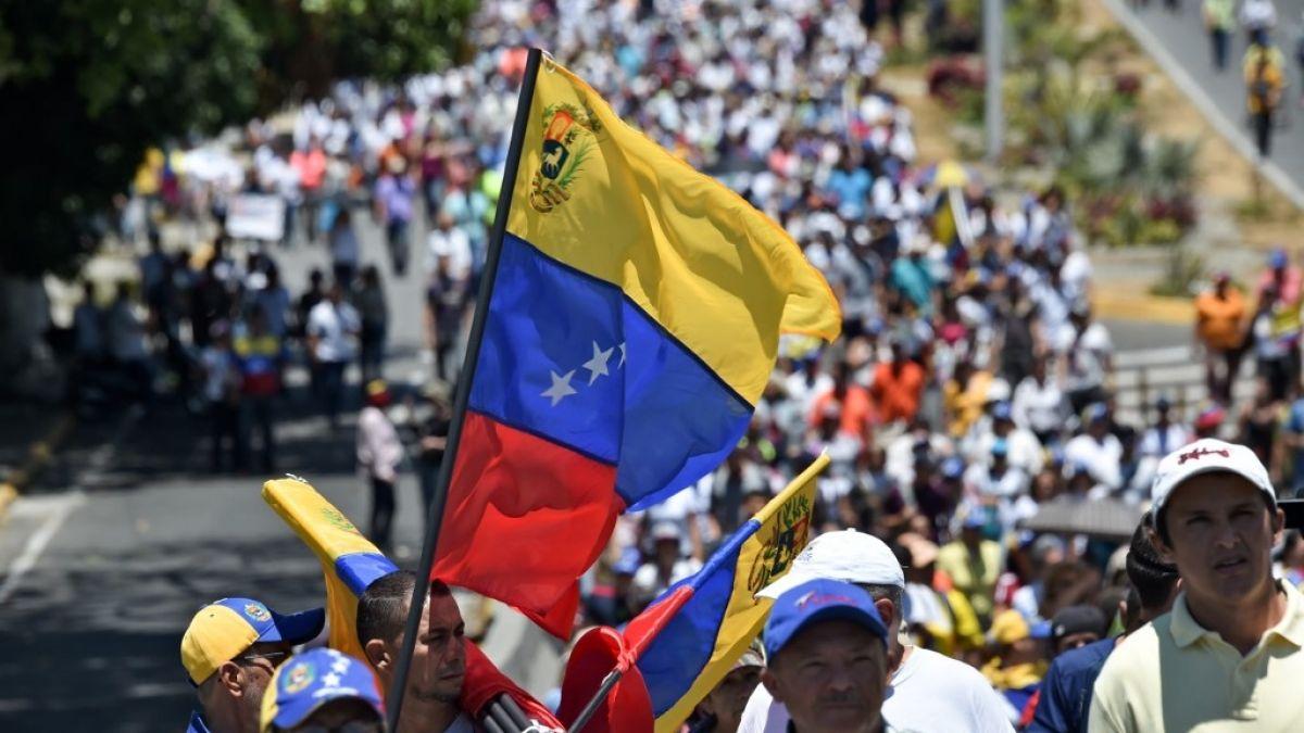 Oposición venezolana denuncia arresto de dos diputados durante protesta