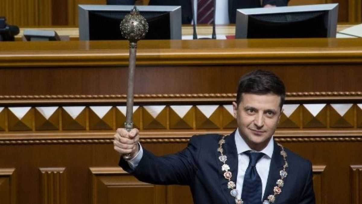 El nuevo presidente de Ucrania toma posesión y anuncia la disolución del Parlamento
