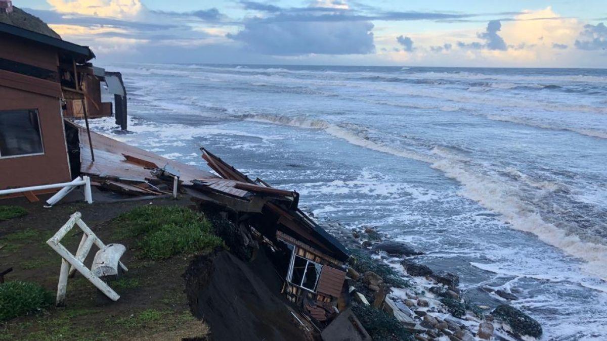 Parte De Restaurante Cae Al Mar Tras Marejadas En Puerto