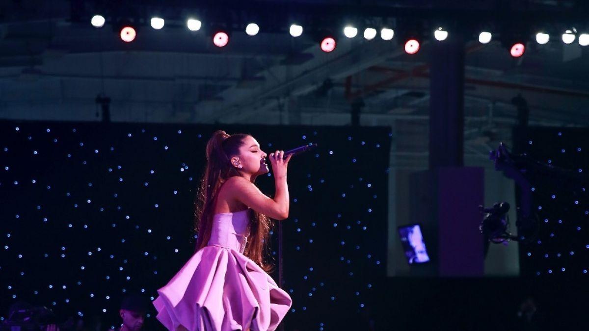 Ariana Grande llora desconsolada en medio de un show al cantar una frase sobre Mac Miller