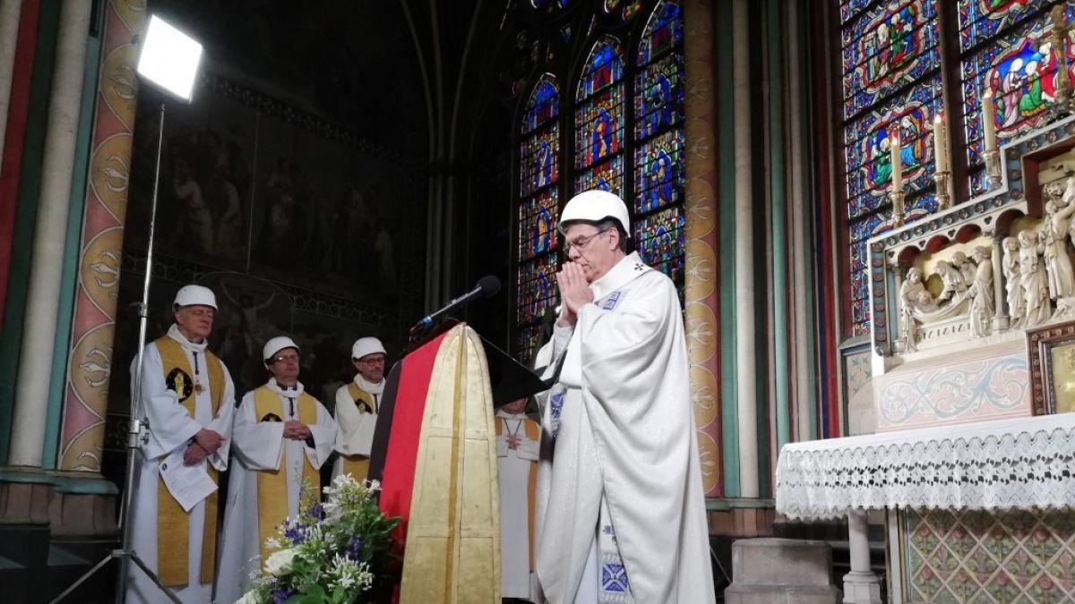 [FOTOS] Con cascos: Así fue la primera misa en la catedral de Notre Dame tras incendio