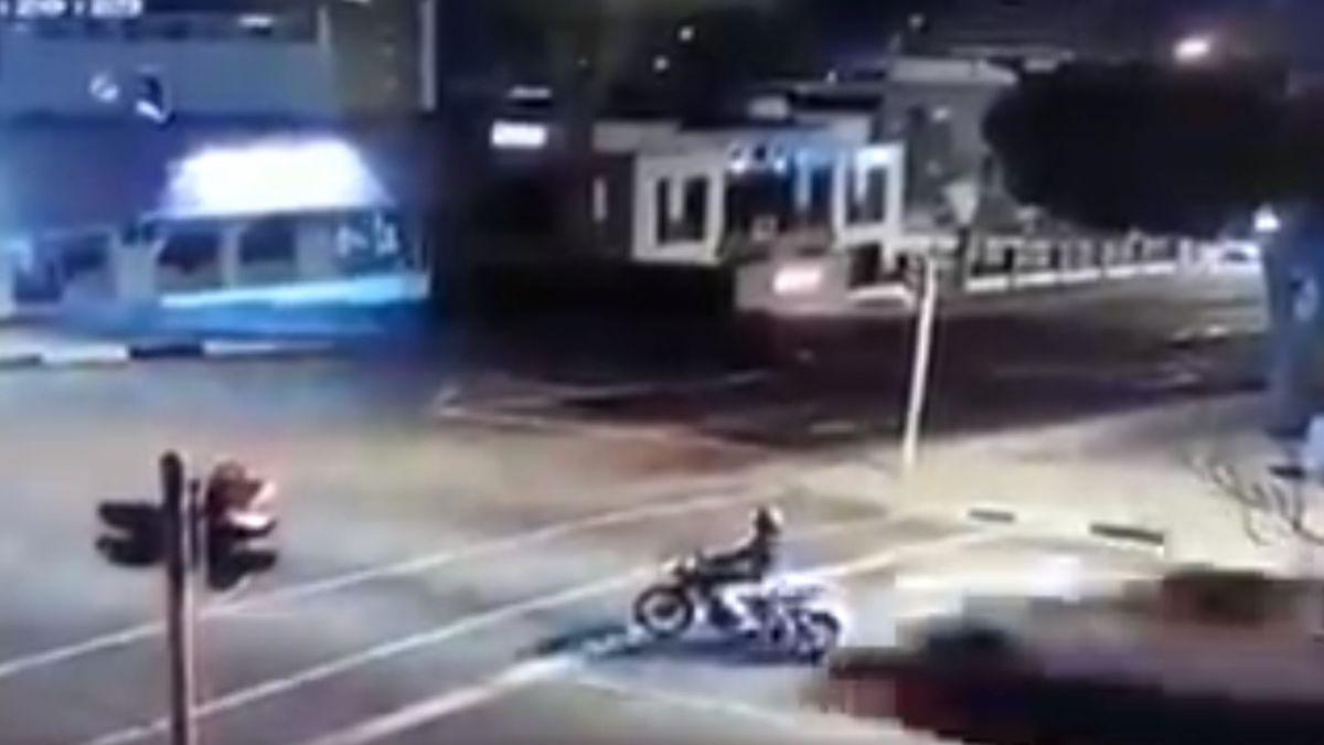 El impactante registro de un motociclista que fue arrastrado por una camioneta por 45 metros