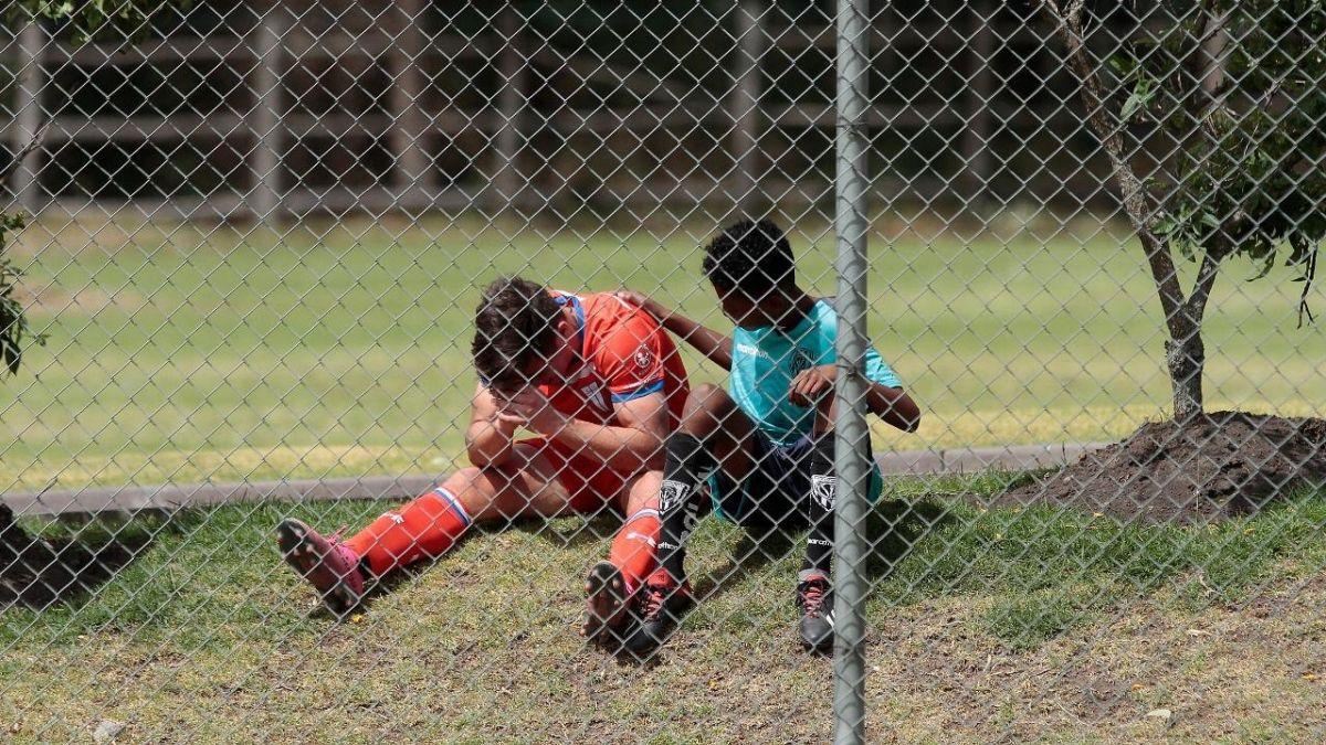 El gesto de un niño con un juvenil de Católica que fue destacado por la prensa ecuatoriana