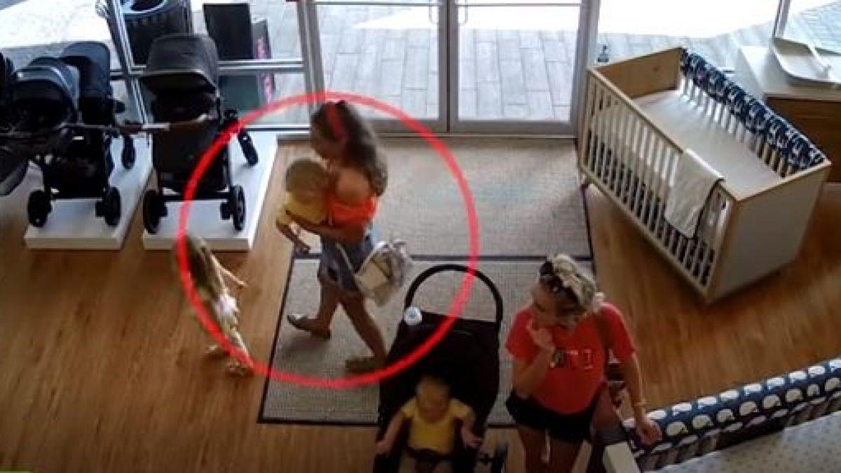 Mujer olvida a su pequeño hijo en una tienda luego de robar un coche para bebés