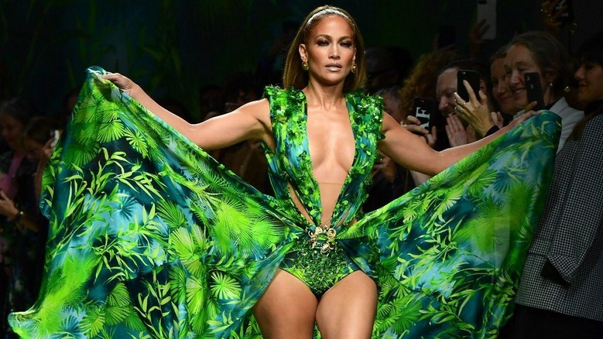 Jennifer López Vuelve A Usar Su Icónico Vestido De Los