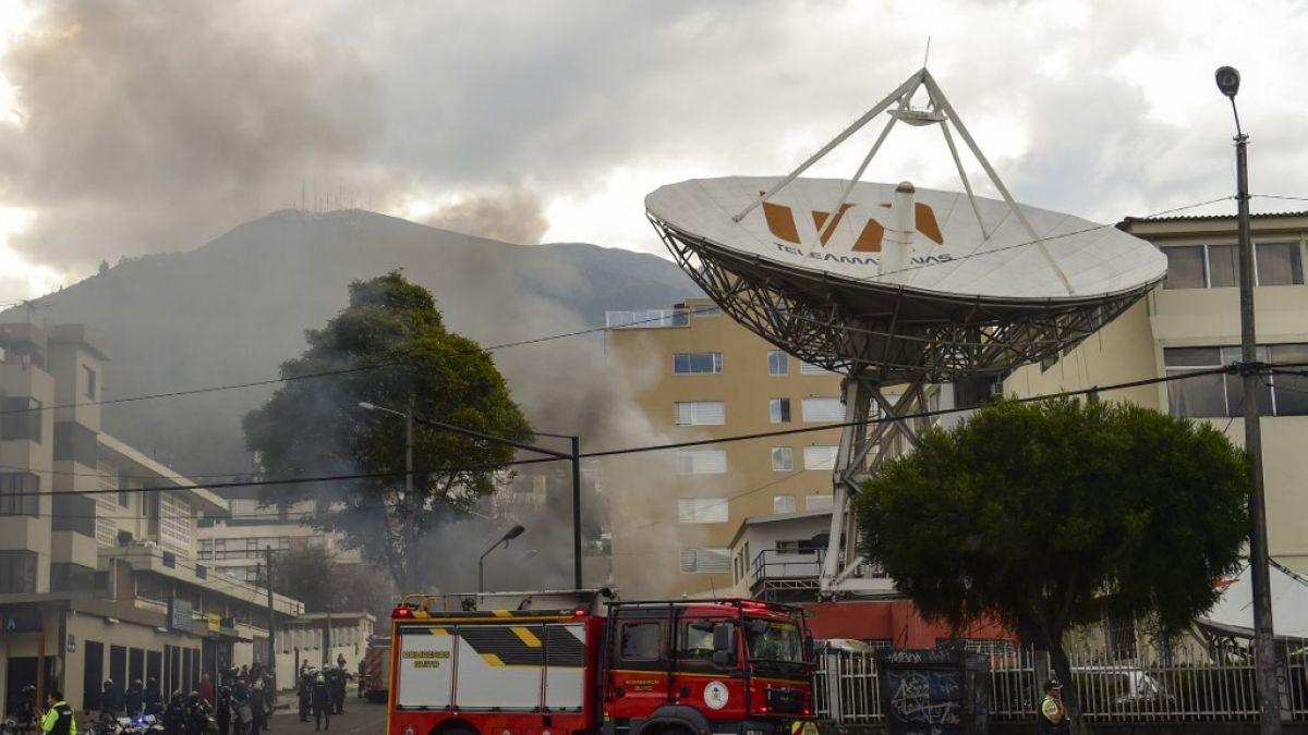 [FOTOS] Manifestantes atacan canal de televisión y periódico en Ecuador