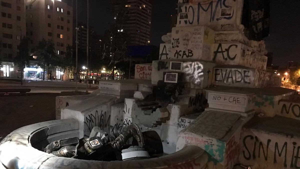 Manifestantes rompen estatua de soldado en Plaza Baquedano
