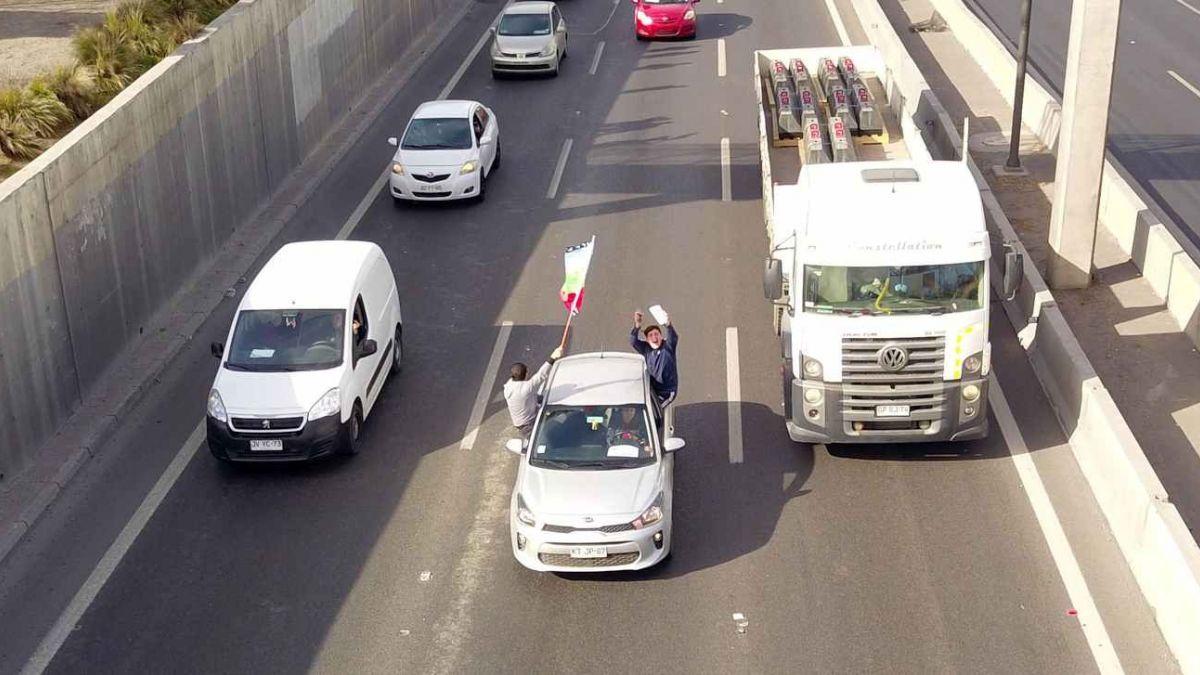 [MINUTO A MINUTO] Caravana de camiones avanza hacia Las Condes