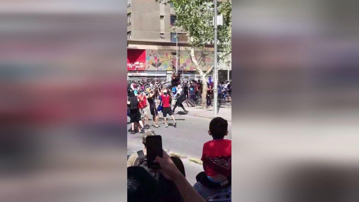 Hombre en riesgo vital tras sufrir violento golpe contra el suelo en manifestaciones en Santiago