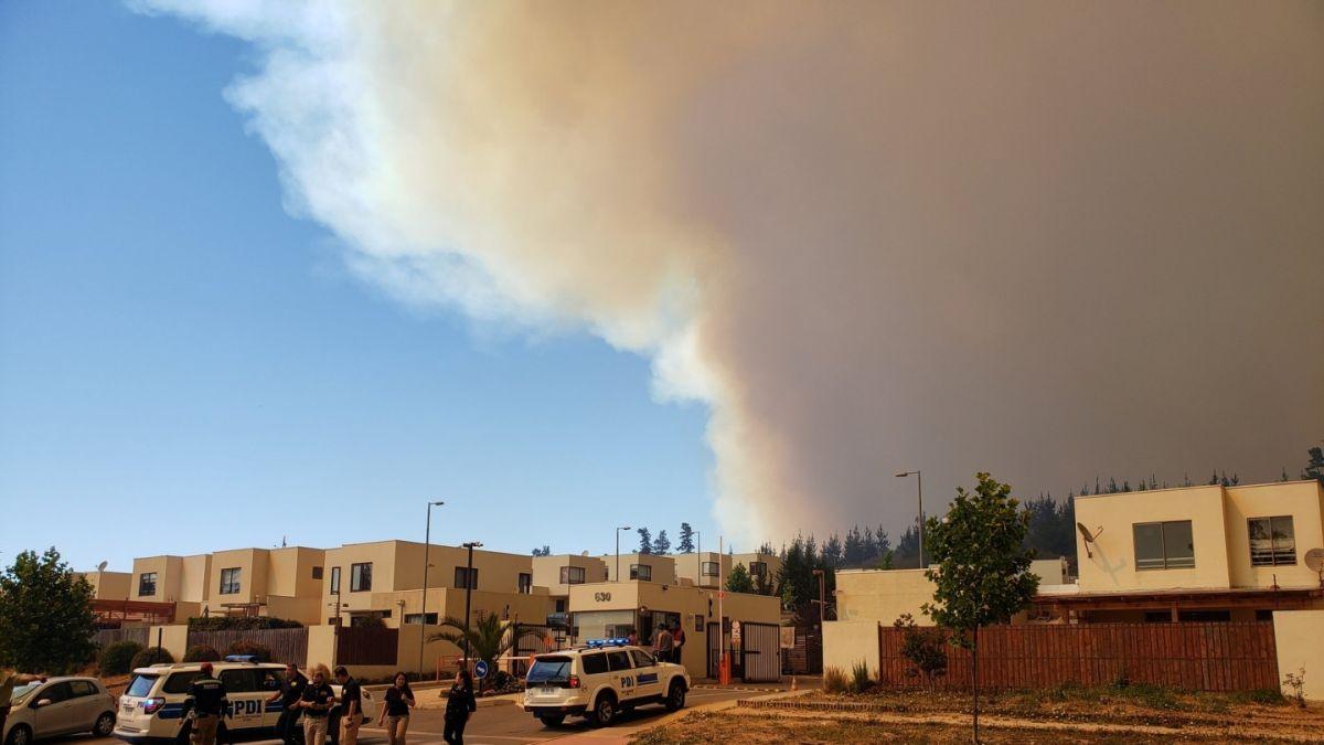 Autoridades de Valparaíso ordenan evacuar condominios cercanos a incendio forestal en Curauma