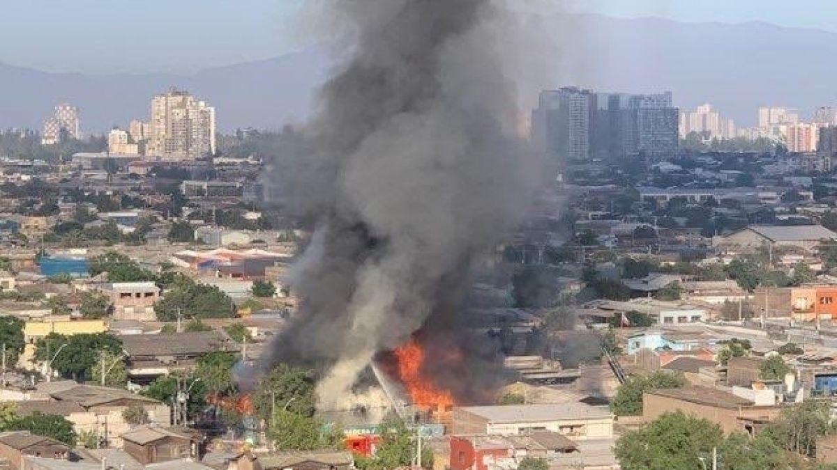 [VIDEOS] Incendio afecta a empresa de maderas y molduras en Santiago