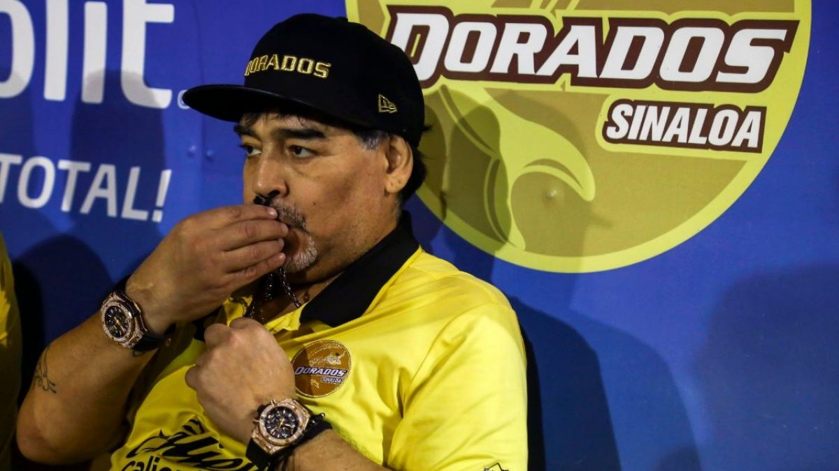 El cuestionable gesto de Maradona con unos niños hinchas de Dorados mientras firmaba autógrafos