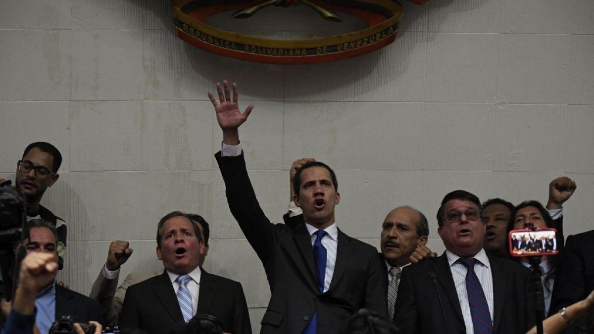 Guaidó se juramenta como presidente del Parlamento venezolano en el Palacio Legislativo