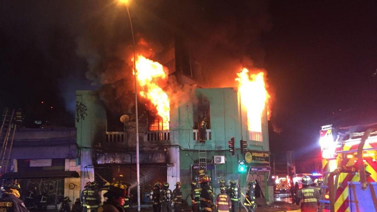 Incendio afecta a locales comerciales en Ñuñoa