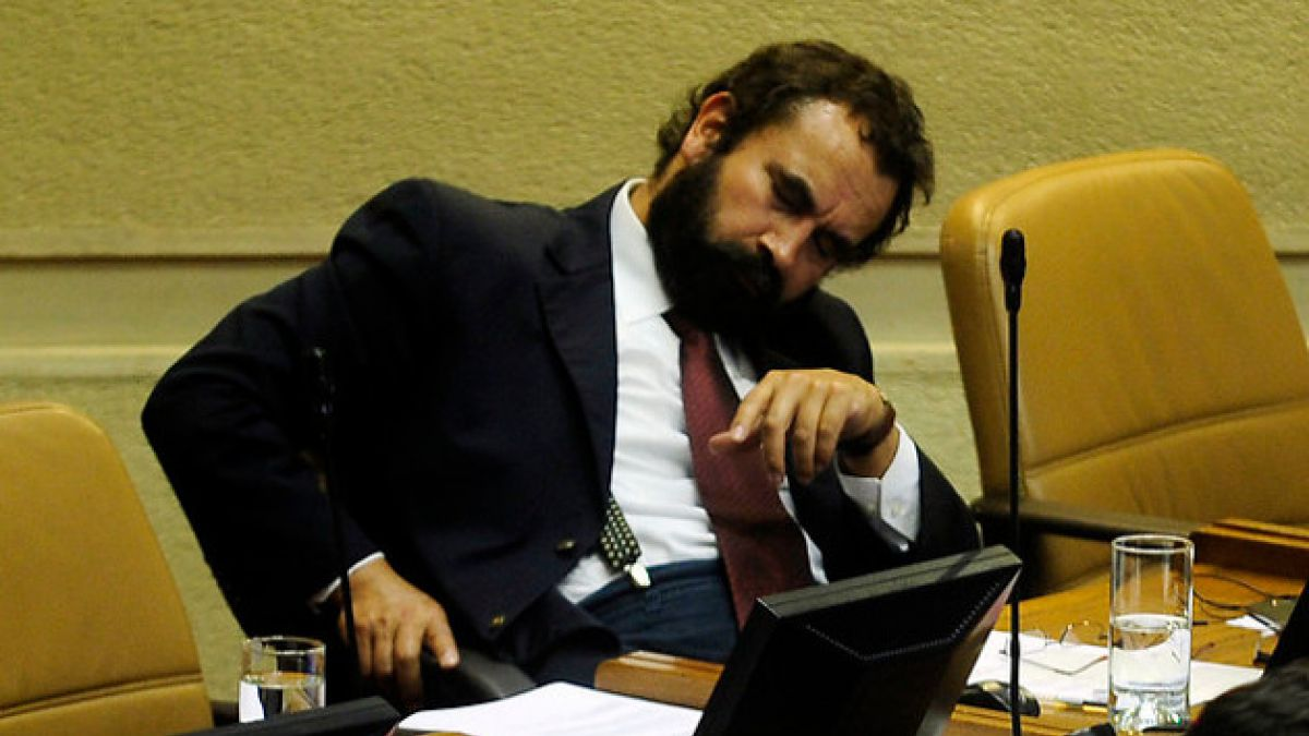 Sorprenden a diputado Hugo Gutiérrez durmiendo en plena sesión