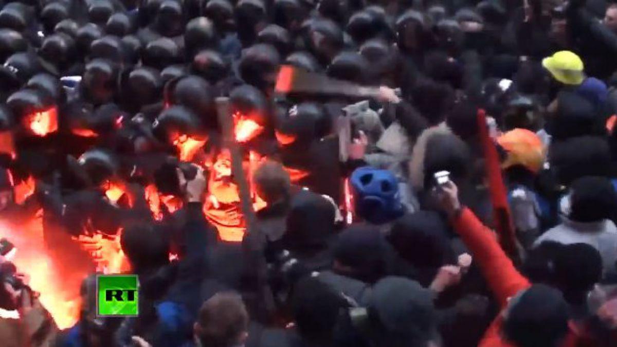 Manifestantes atacan a policías durante protestas en Ucrania