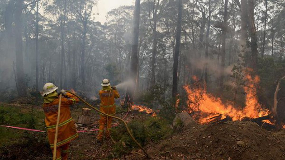 Desesperados intentos de evitar megaincendio en Australia