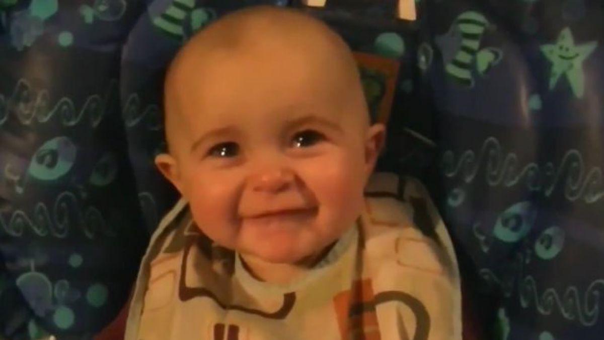 Bebé emocionado por escuchar a su mamá cantar es furor en la web