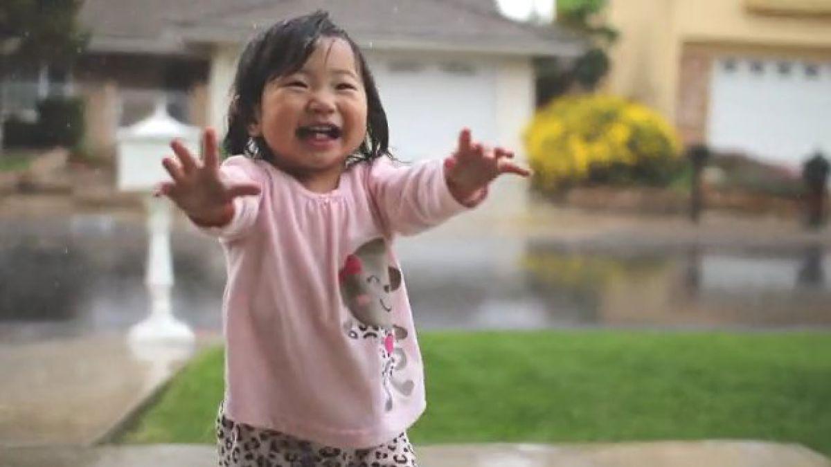 Bebé que disfruta la lluvia por primera vez conquista a la web