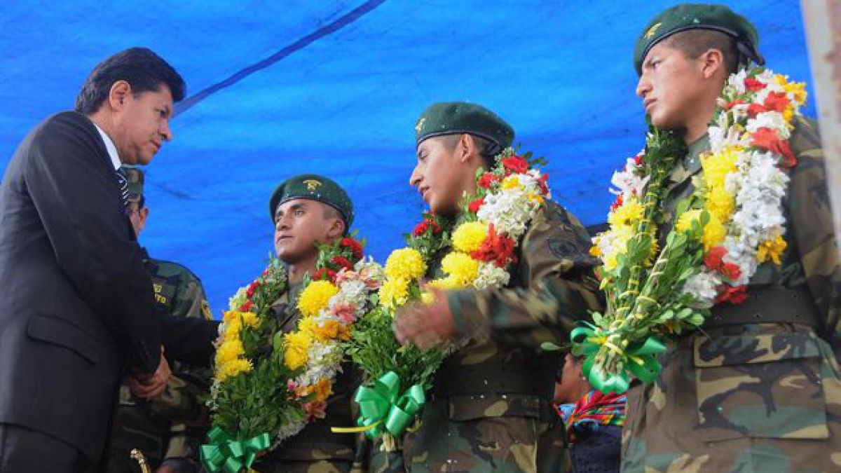 Evo Morales condecora a soldados expulsados de Chile