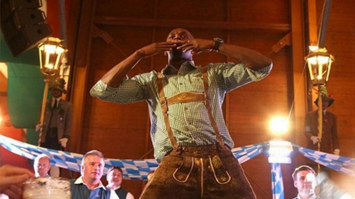 Usain Bolt vive su minuto de fama posando en el Oktoberfest de Múnich