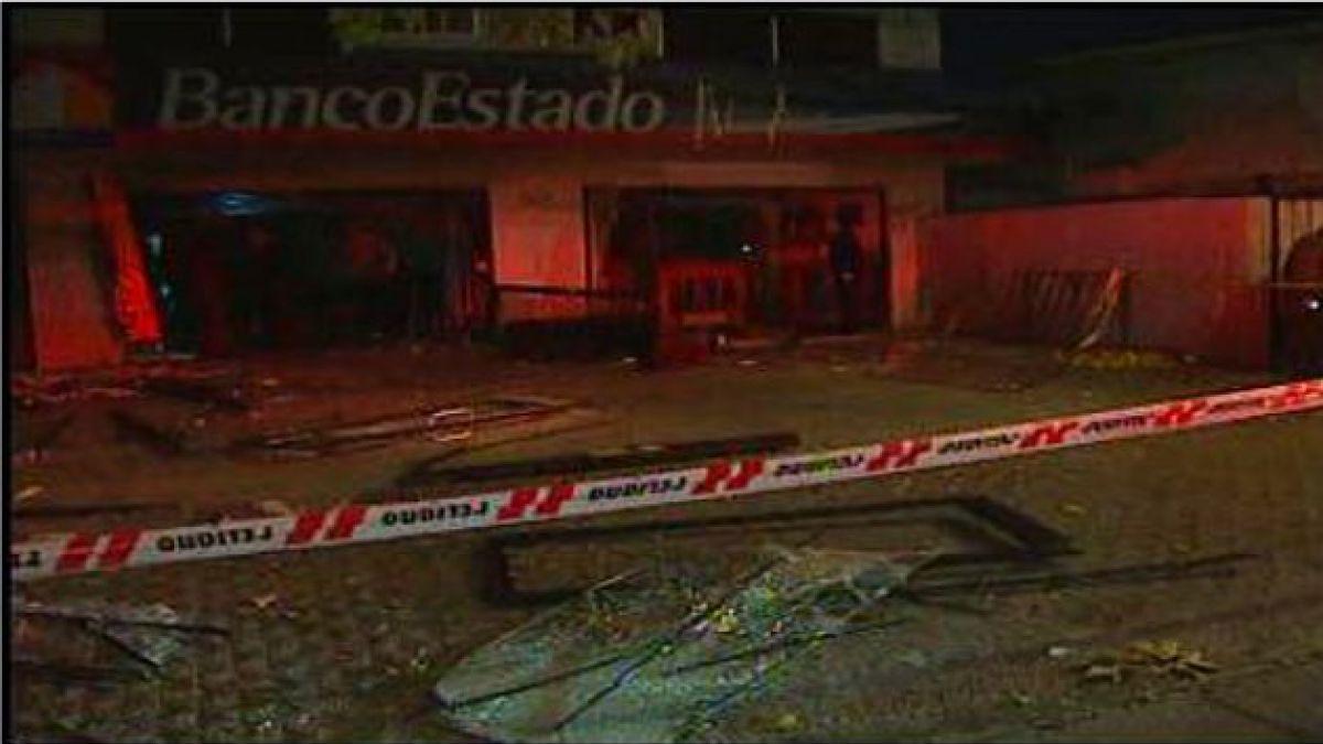 Atentando explosivo deja daños cuantiosos en sucursal del BancoEstado en Ñuñoa