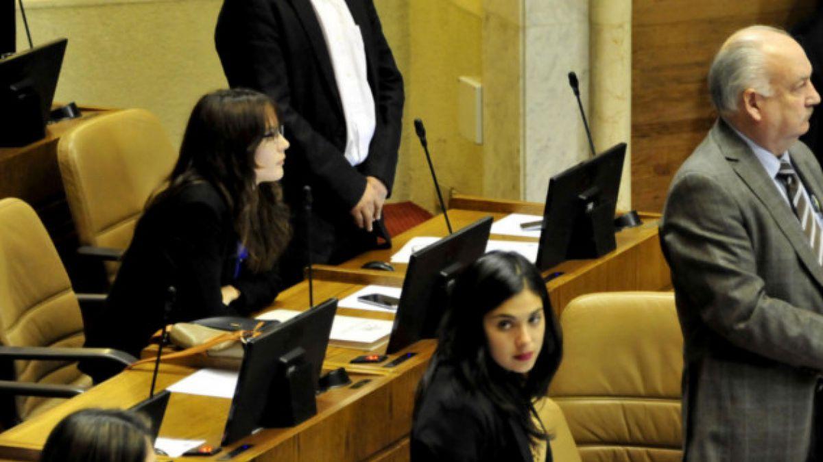 PC defiende a Camila Vallejo por quedarse sentada en homenaje a Jaime Guzmán