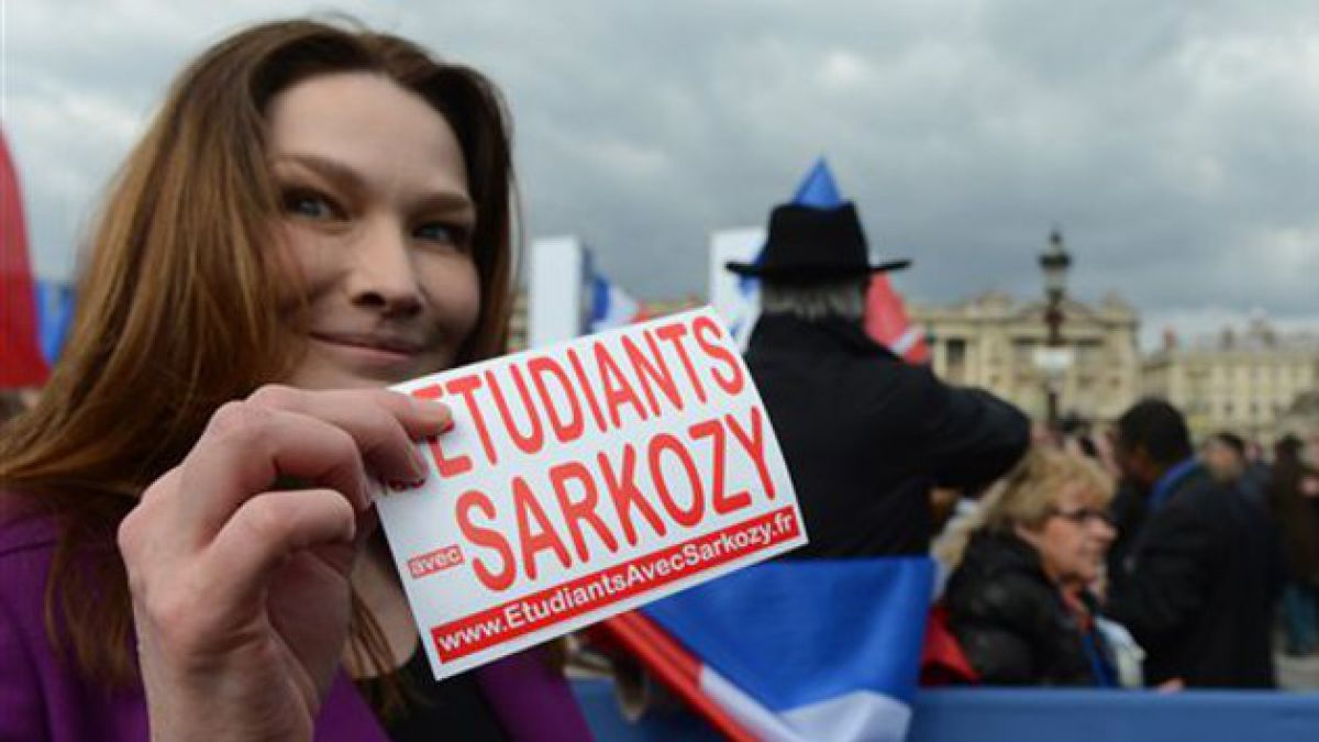 Carla Bruni usa Twitter y Facebook de Sarkozy para apoyarlo en elecciones