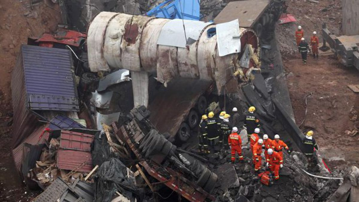 China: 26 muertos tras colapso de puente por explosión de camión