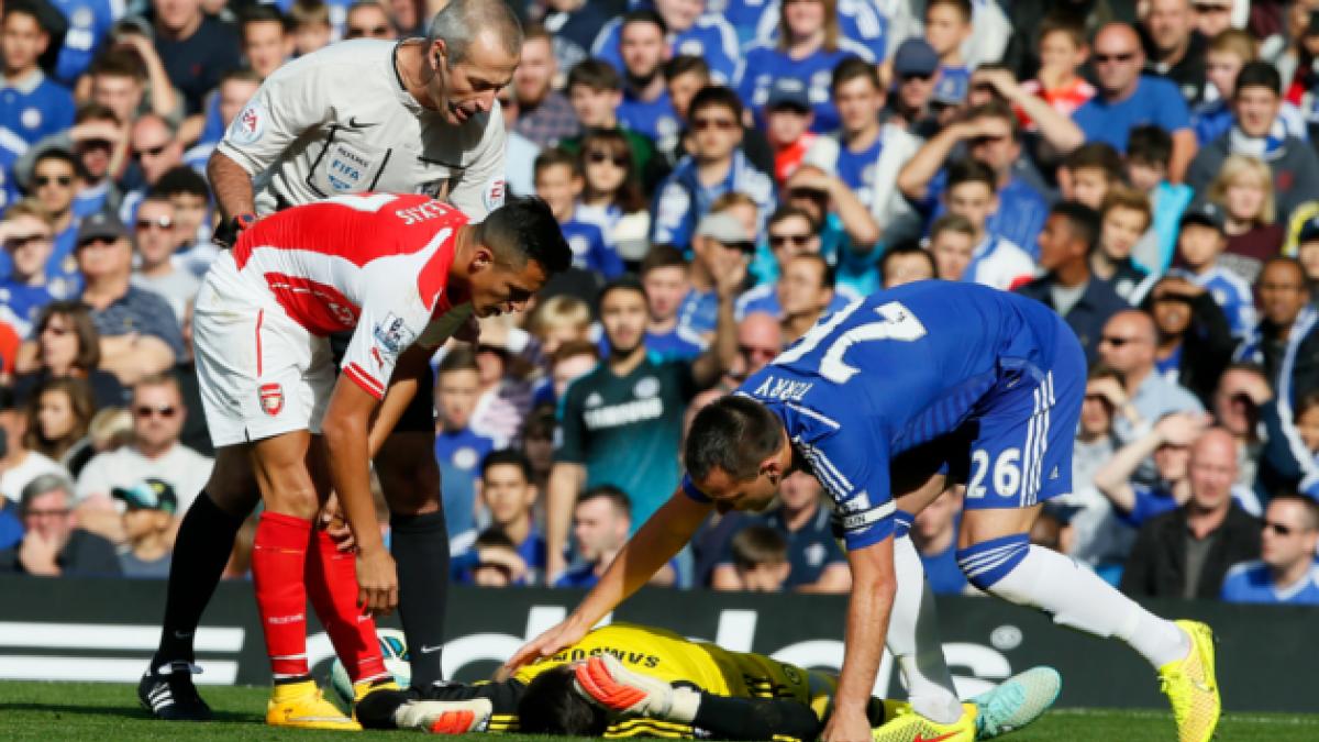 Portero del Chelsea es hospitalizado tras sufrir un choque con Alexis Sánchez