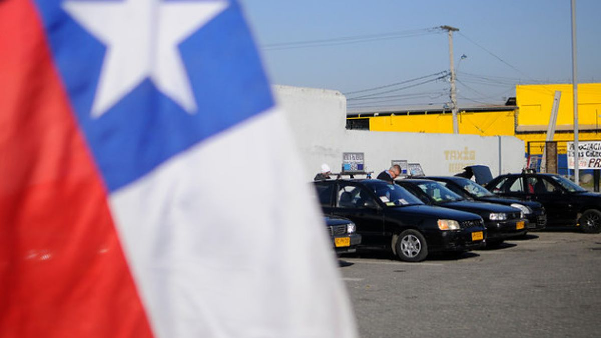 Colectiveros realizan protesta por alza de bencinas