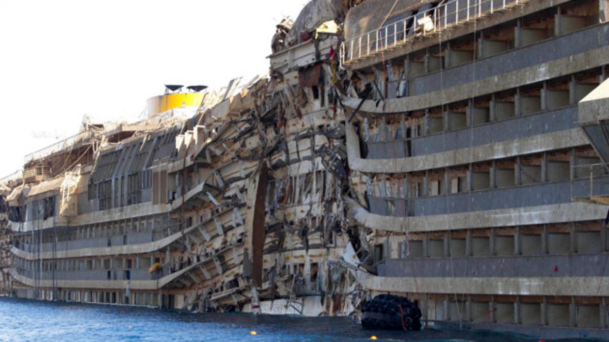 Ex capitán del Costa Concordia culpa a su tripulación de naufragio en 2012