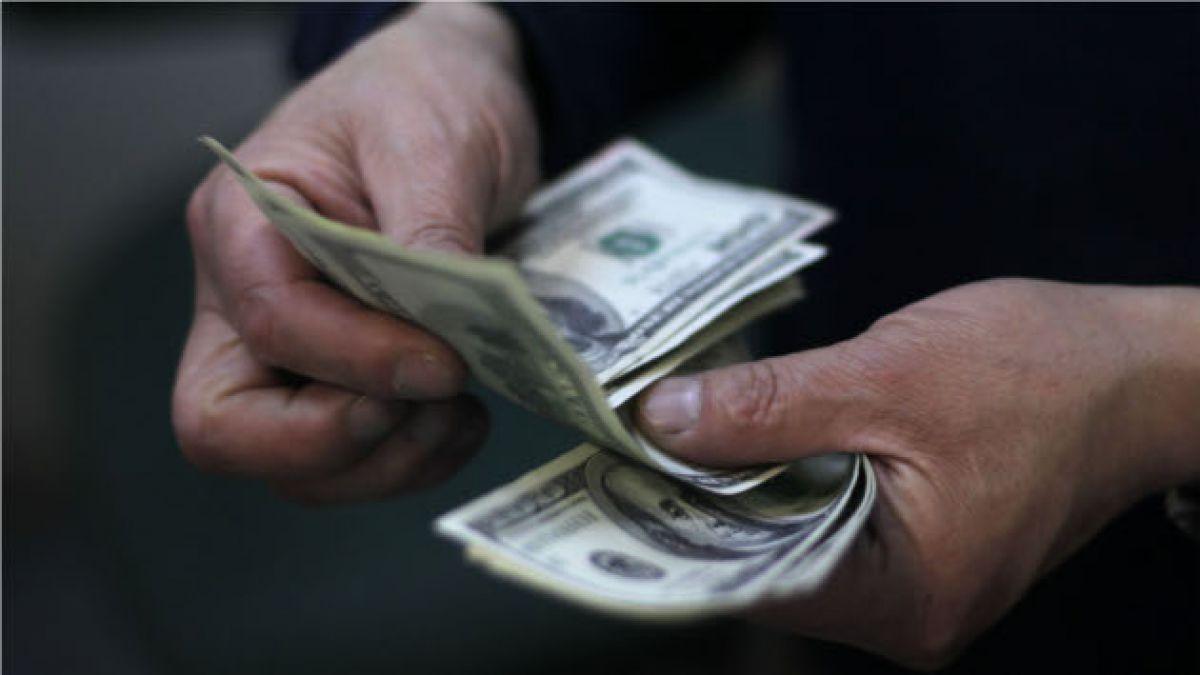 Dólar continúa su alza y cierra en $666 ante caída de bolsa de Shangai