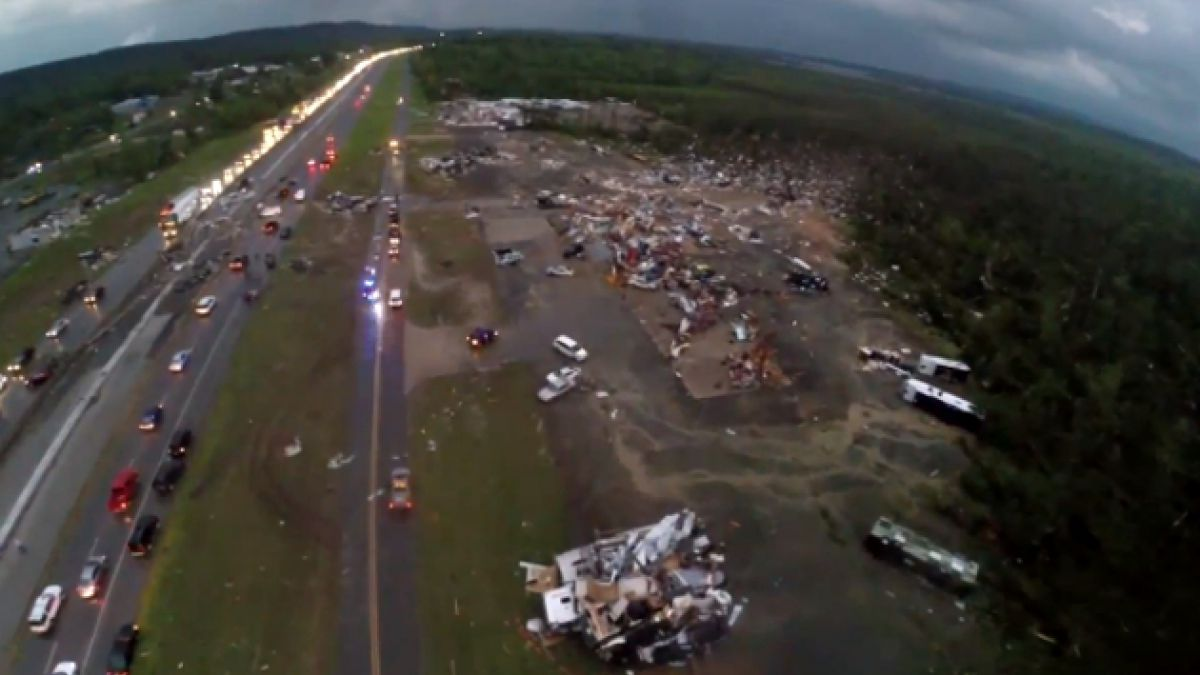 VIDEO: Impresionante toma aérea de los destrozos por tornados en el sur de EE.UU.