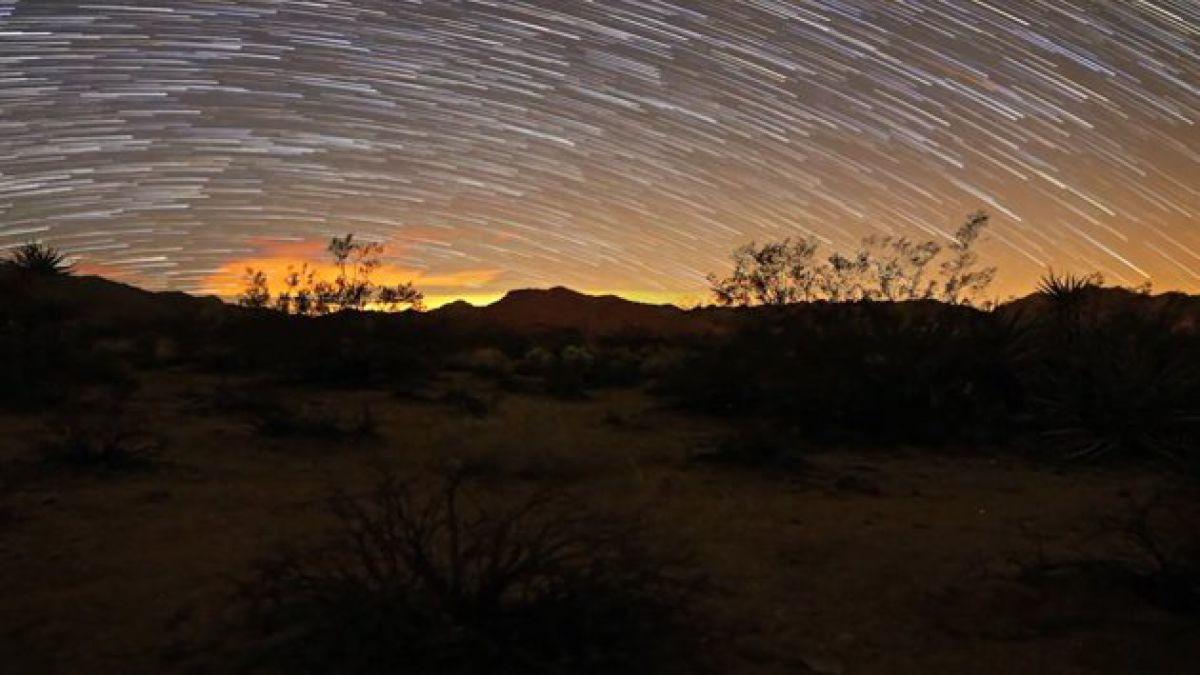 Capturan movimiento estelar en el cielo de noche