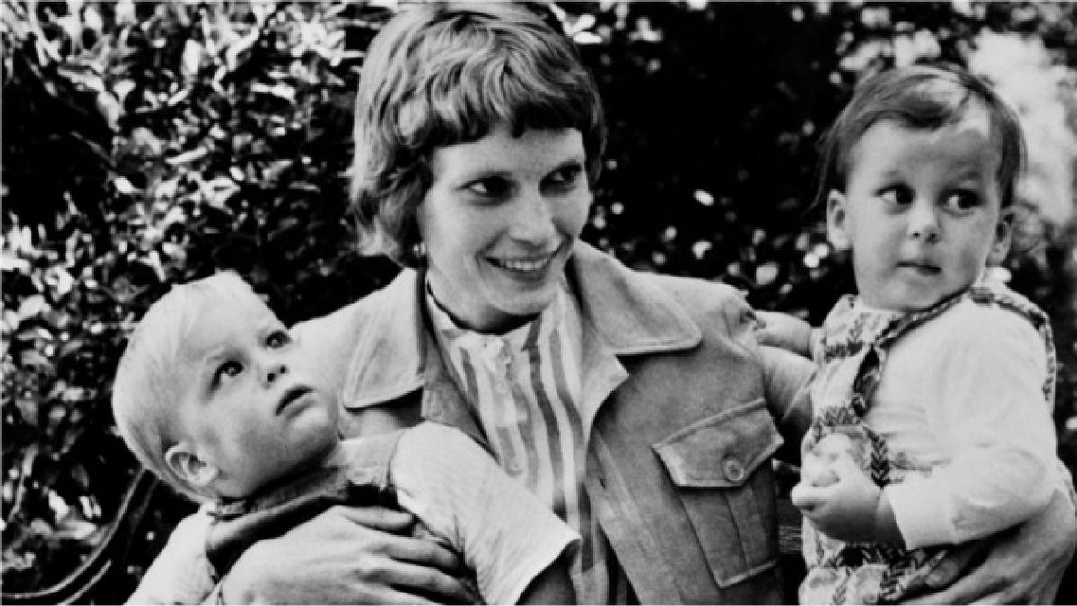 Mia Farrow dice que Sinatra y no Woody Allen podría ser el padre de su hijo