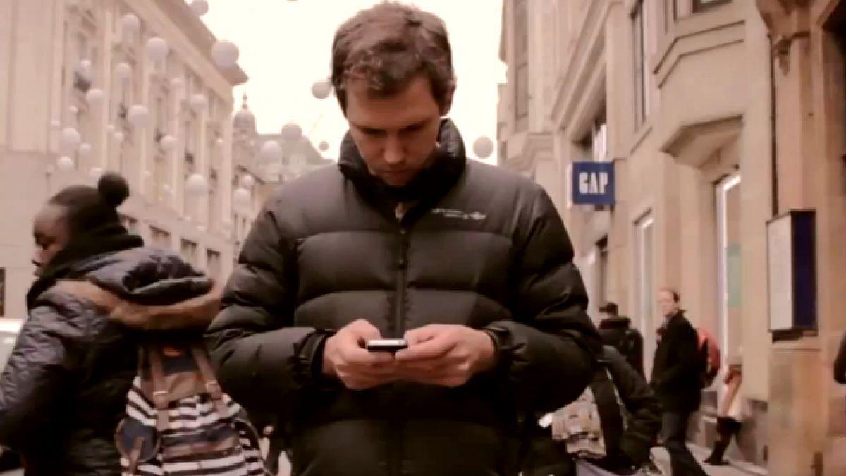 [VIDEO] Mira hacia arriba: la campaña que busca que te despegues de tu celular