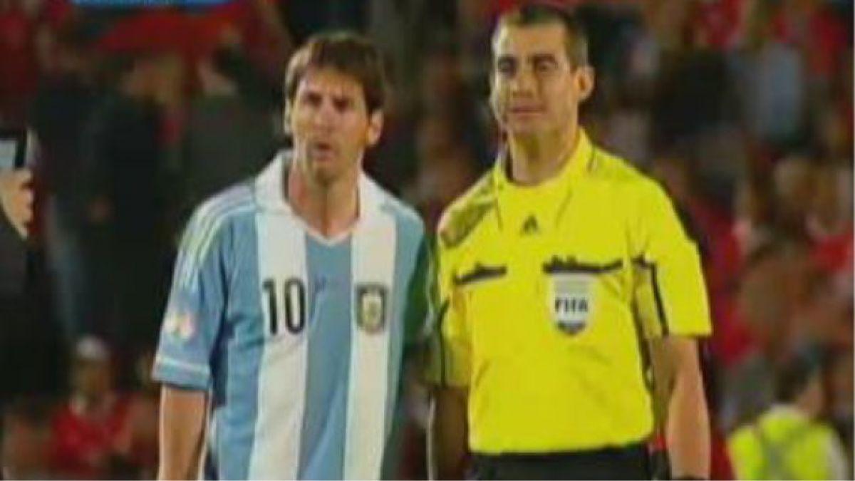 Foto de árbitro asistente con Lionel Messi genera polémica