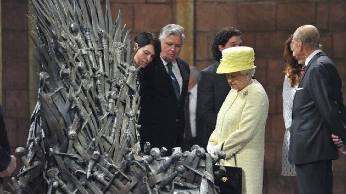 """[FOTOS] Reina Isabel II visita set de la serie """"Game of Thrones"""""""