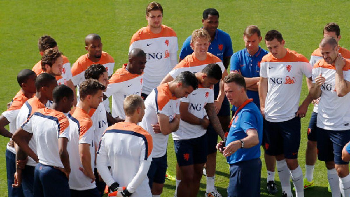 Holanda anuncia esquema de cinco defensores para enfrentar a España